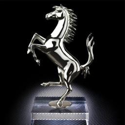 Серебряная скульптура символа Ferrari